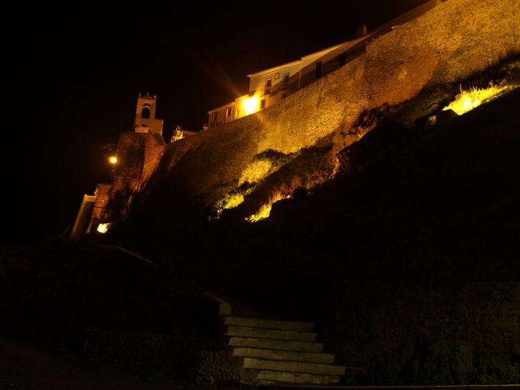 Aus dem Auto heraus fotografiert, Mertola bei Nacht.