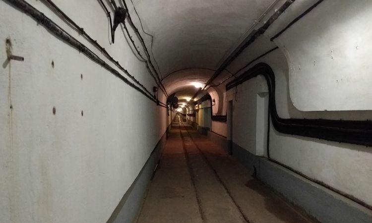 Ziemlich langer Bunkergang, hier im Bereich der Kaserne.