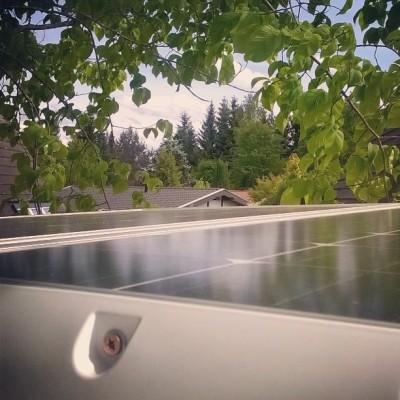 Solaranlage: aufs Dach gerklebt UND gerschraubt. Nicht, weil es nötig wäre. Sondern einfach für das gute Gefühl. Doppelt hält besser.