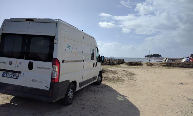 Freistehen an der Südküste der Bretagne: wir hatten das Verbotsschild übersehen.