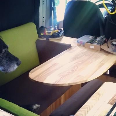 Eckbank mit Tisch: fest eingebaut, Hartholz, und das Hündchen sitzt auch schon.