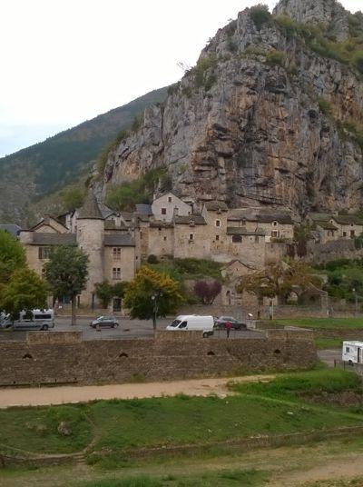 Gorges-du-Tarn: Pause in einem Dorf an der Tarn