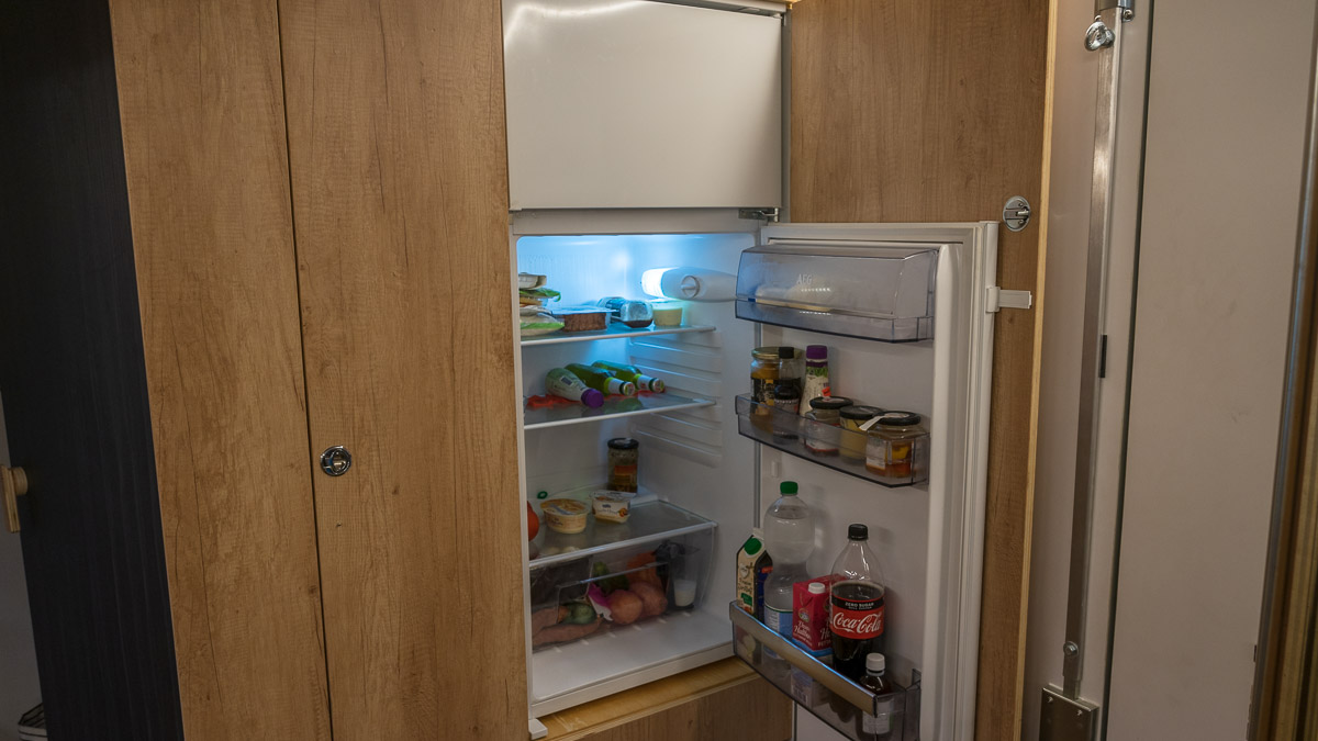 Autarkie auf Reisen: Großer Kühlschrank im Wohnmobil