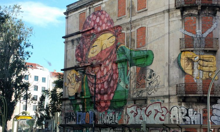 Leeres Gebäude mitten in Lissabon