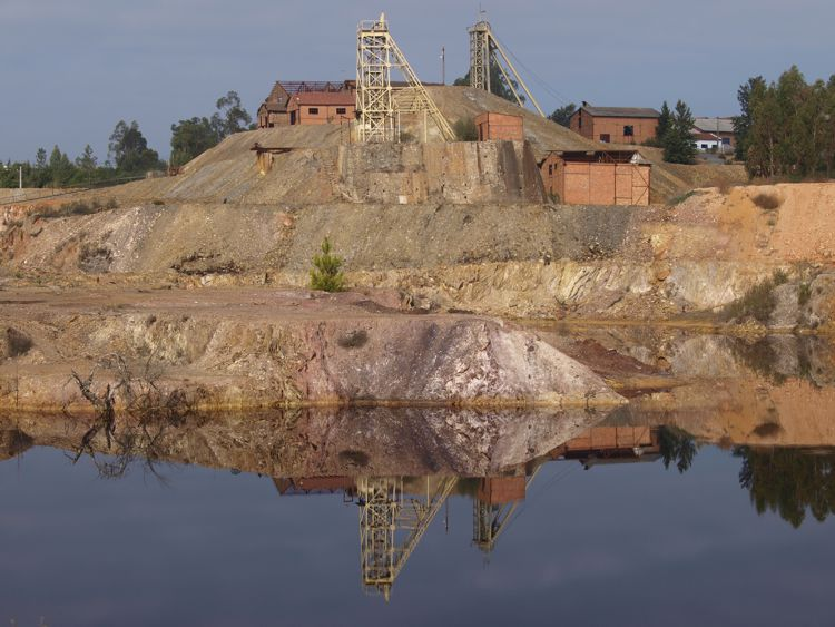 Historische, begehbare Kupfermine von Lousal: Der See hat rotes Wasser.