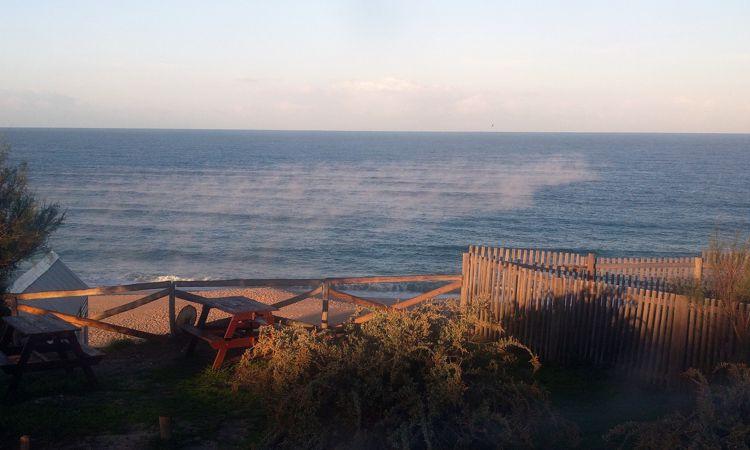Der Atlantik dampft in der Morgensonne