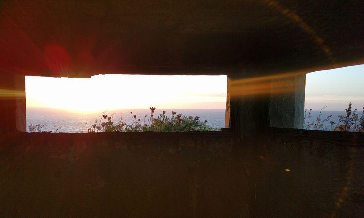 Sonnenuntergang in der Normandie - aus Sicht der Soldaten im Bunker auf den Klippen.