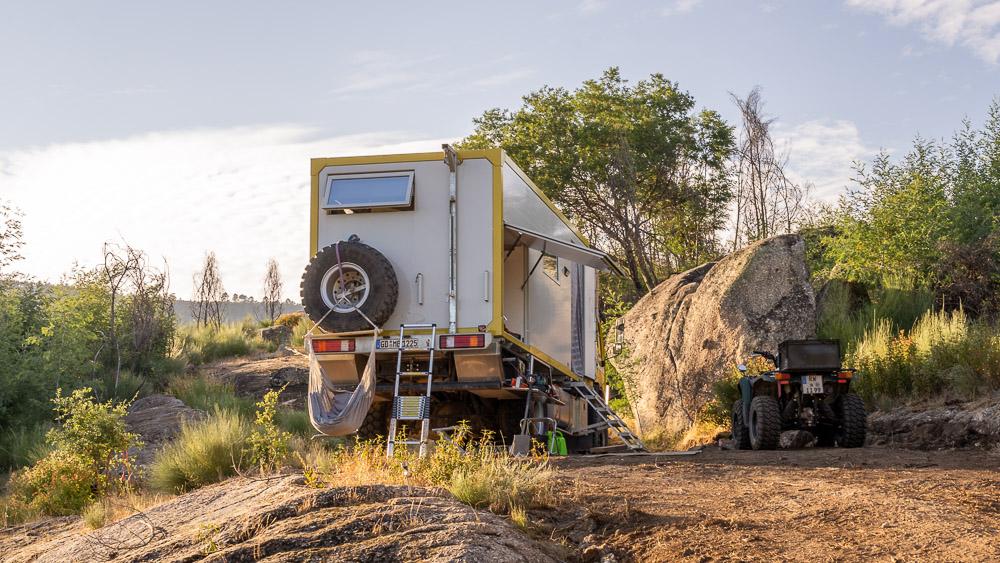 Wohnmobil Wohnwagen auf Privatgrundstück in Portugal
