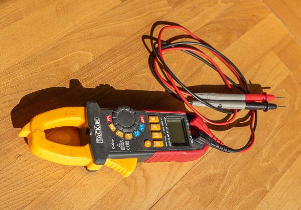 Zangenamperemeter: Stromkabel Spannung und Stromstärke messen